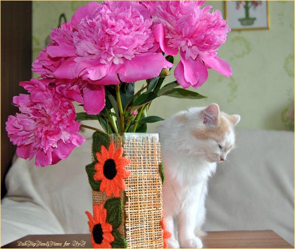 Кошка Айа и букет пионов. Всемирный день кошек. Фотограф: Илья LukBigBox Химич